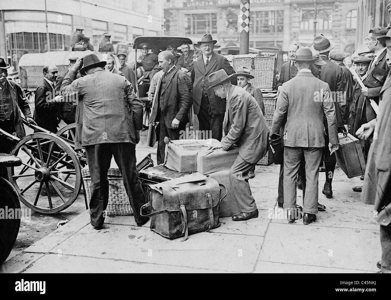 Cash messengers in front of the Reichsbank during the inflation, 1923 - Stock Image