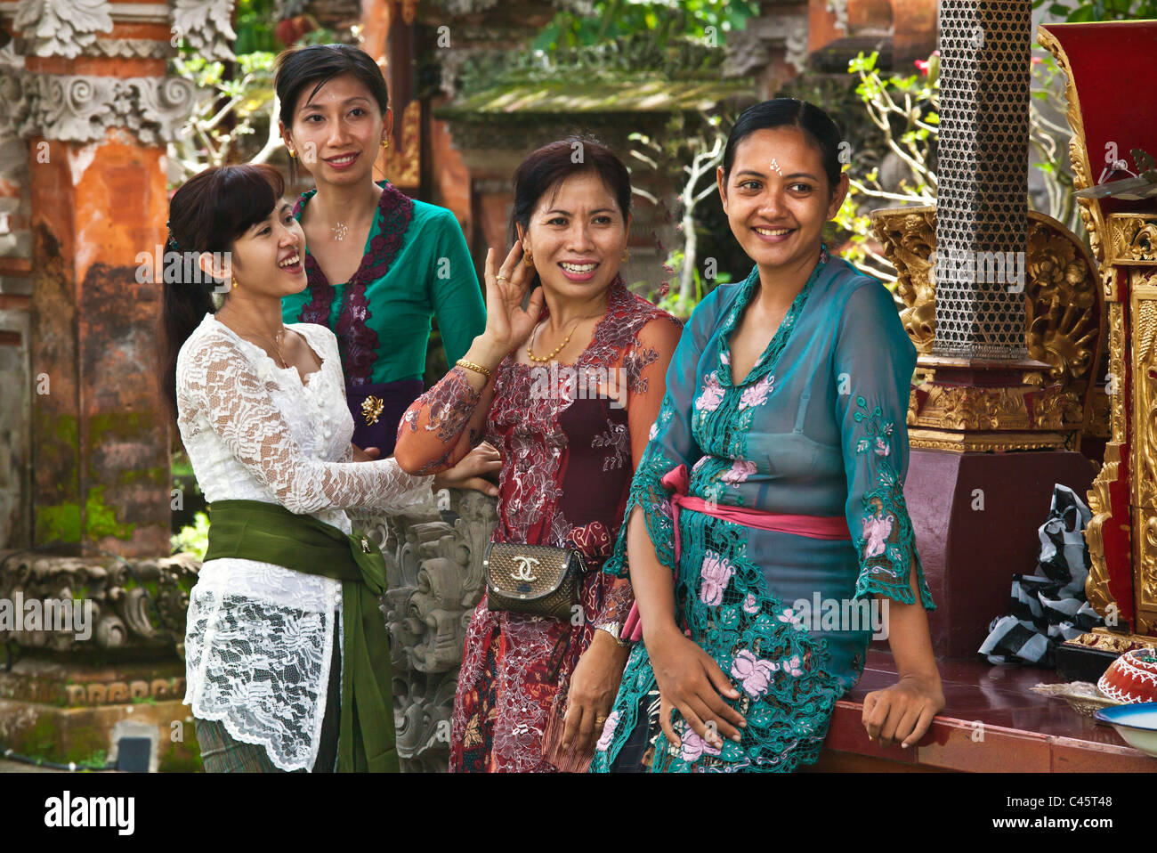 BALINESE WOMEN gather at PURA TAMAN SARASWATI during the GALUNGAN FESTIVAL - UBUD, BALI, INDONESIA - Stock Image