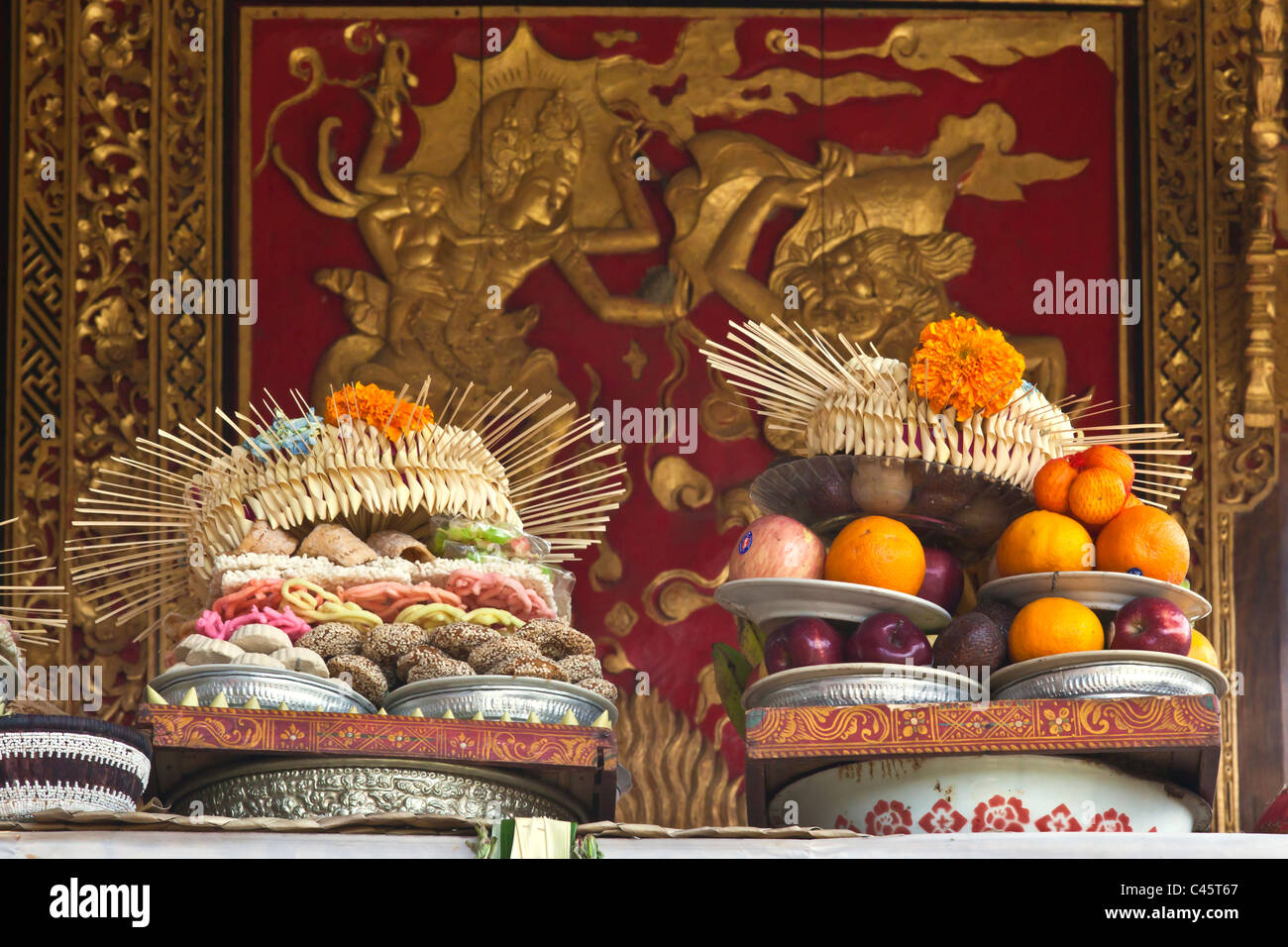 Fruit, sweets and flowers at PURA TAMAN SARASWATI for the GALUNGAN FESTIVAL - UBUD, BALI, INDONESIA - Stock Image