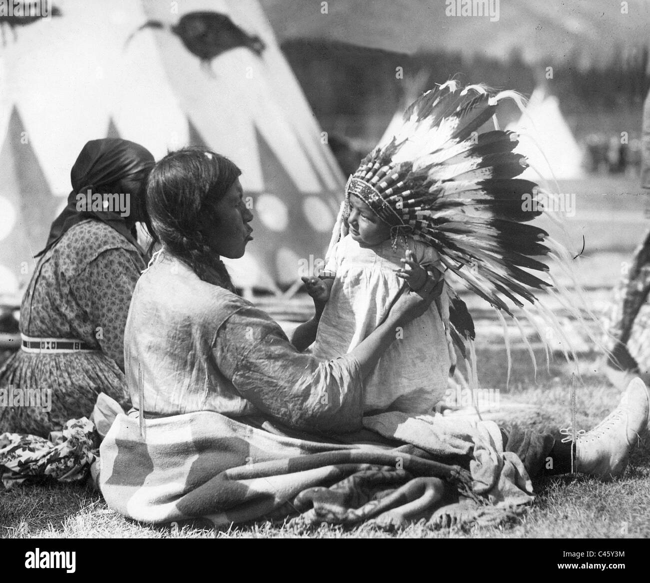 Chief 'Cry like Elk' with his mother, 1927 - Stock Image