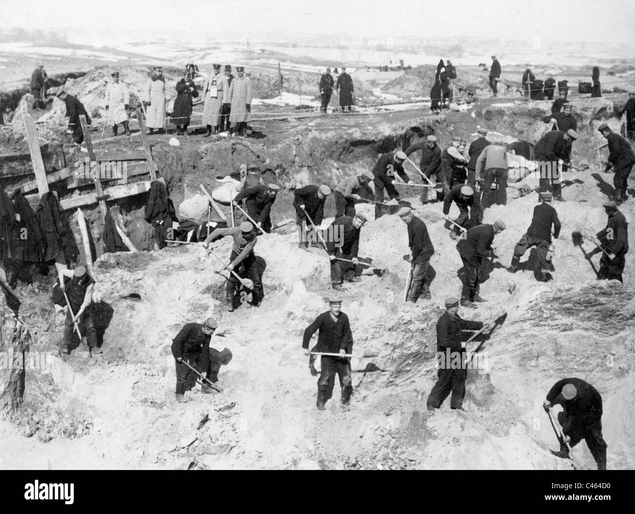 German reinforcement troops build new fortifications, 1915 - Stock Image