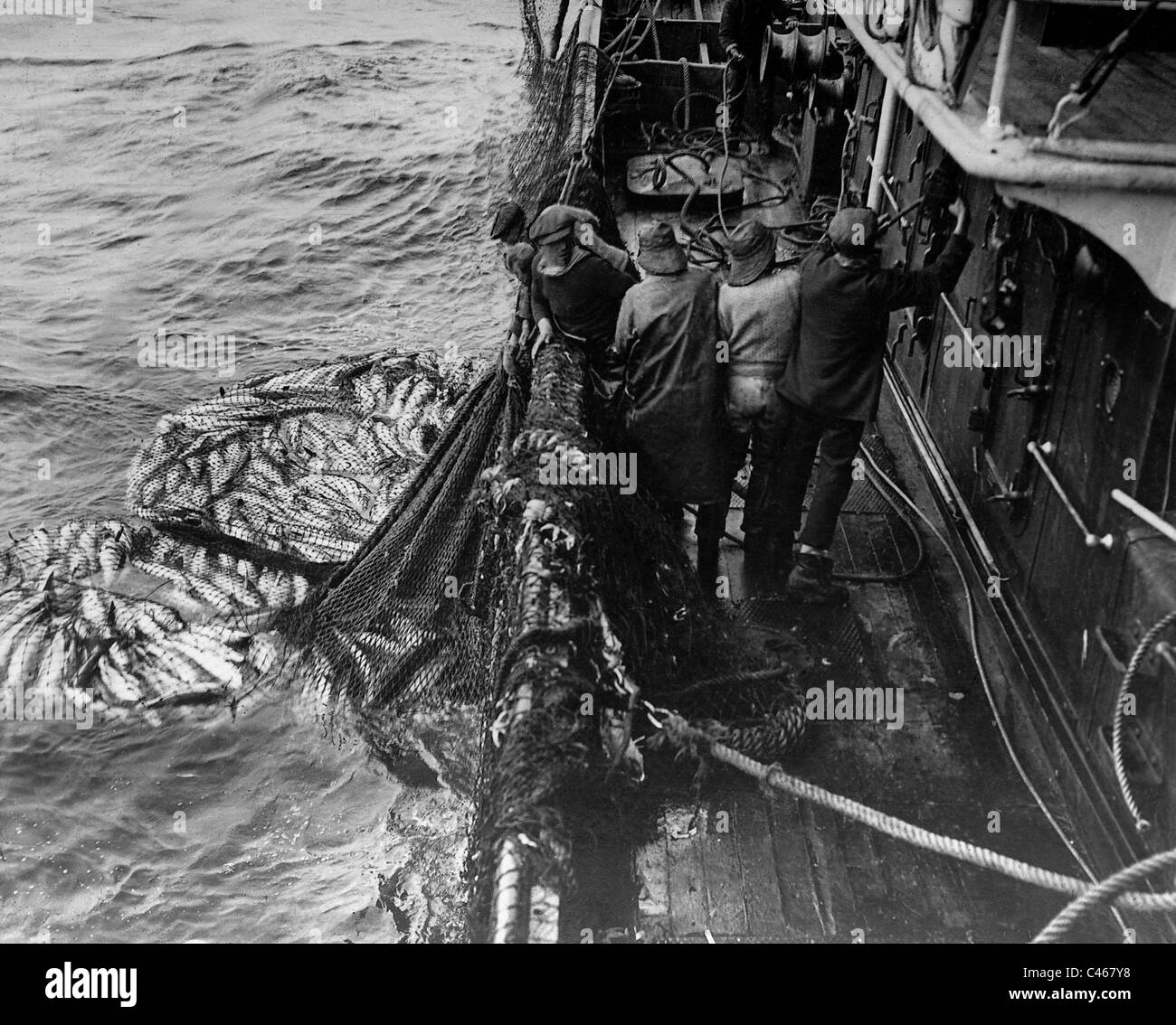 Fishermen take in their nets, 1913 - Stock Image