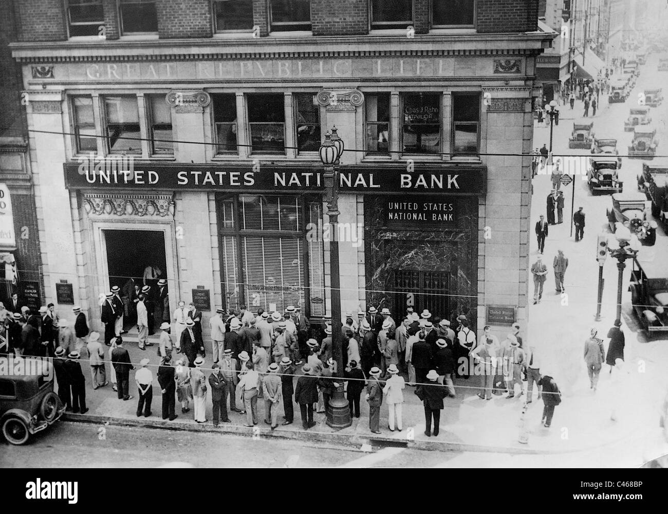 Customers in front of a closed bank during the Great Depression, 1932 - Stock Image
