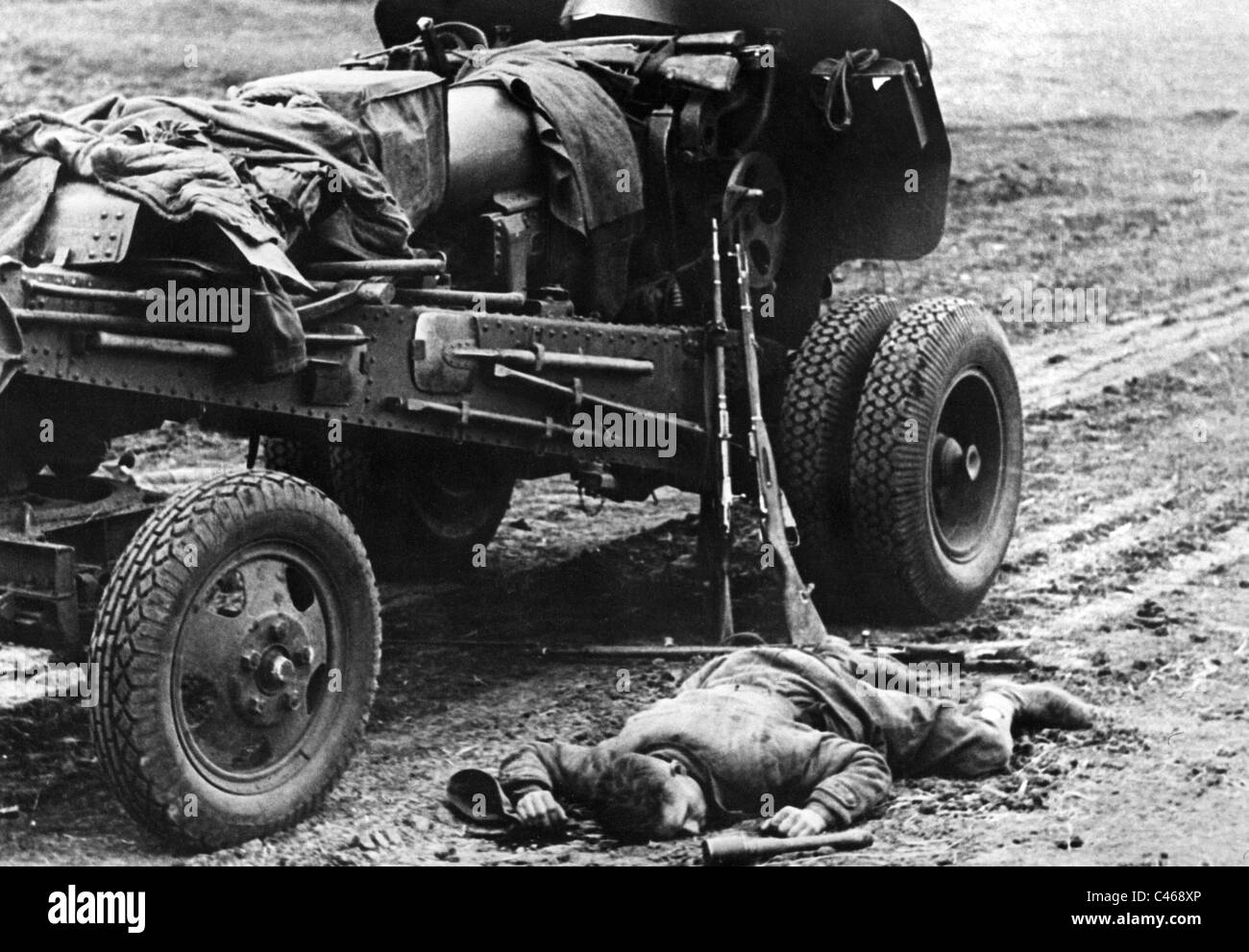 Dead Red Army soldier, killed during the Second World War (b/w photo) - Stock Image