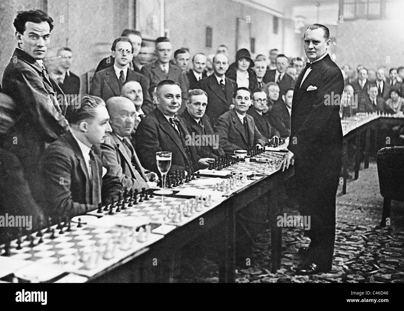 Alexander Alekhine playing simultaneous chess, 1930 - Stock Image