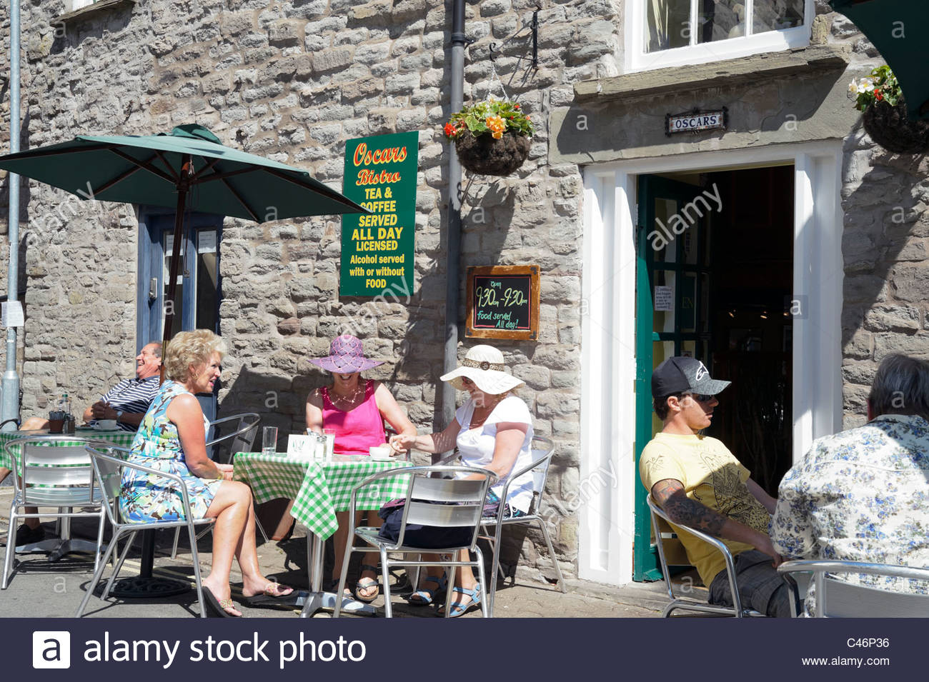 Hay on Wye, Wales, UK. Oscars Bistro café, people sitting outside in the sun. - Stock Image