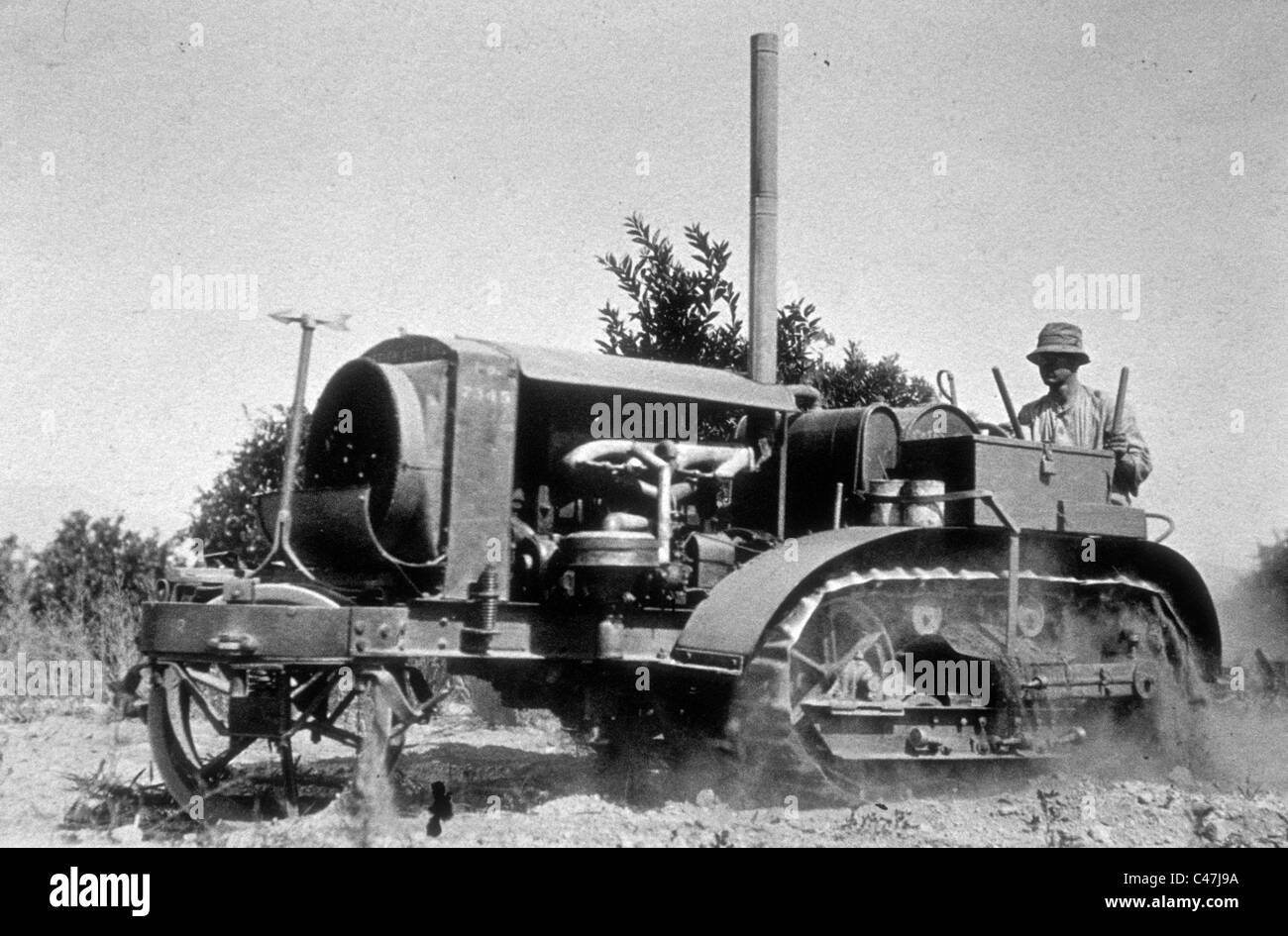 discing field 1918 tractor early los angeles agriculture southern california farming - Stock Image