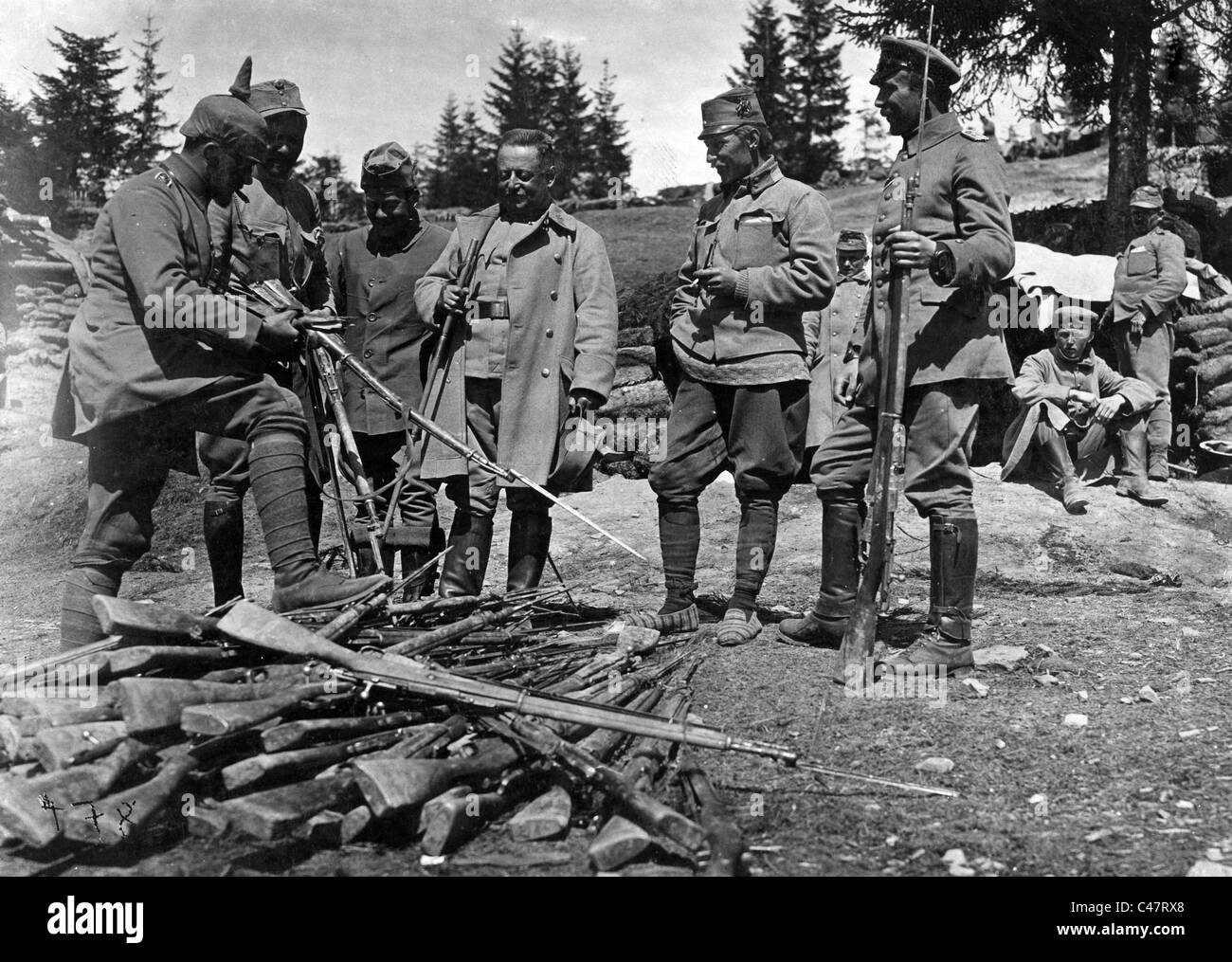 Examining captured Russian weapons, 1915 - Stock Image