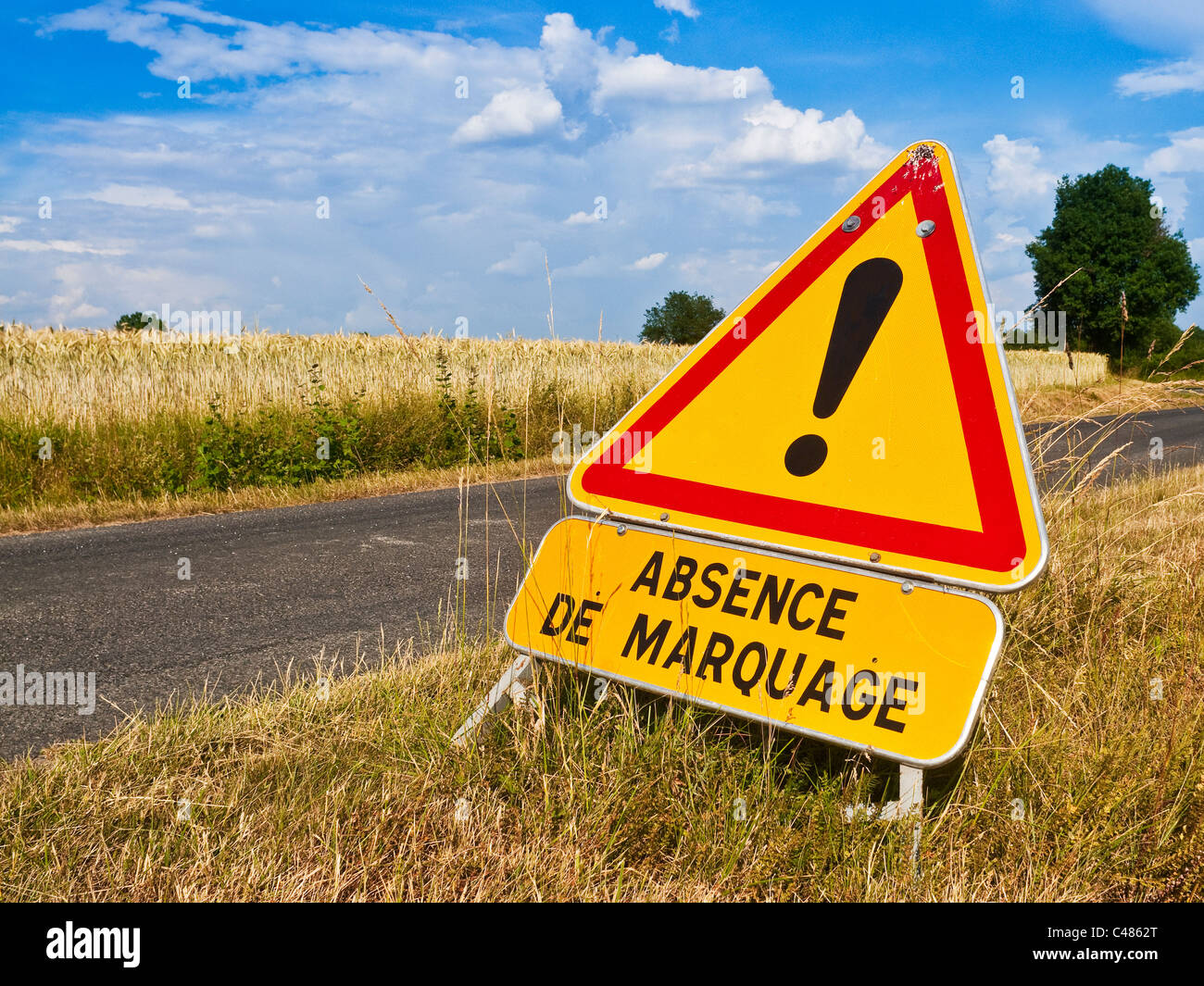 French road works 'Absence de Marquage' / No Markings - safety warning triangle on road verge - France. - Stock Image