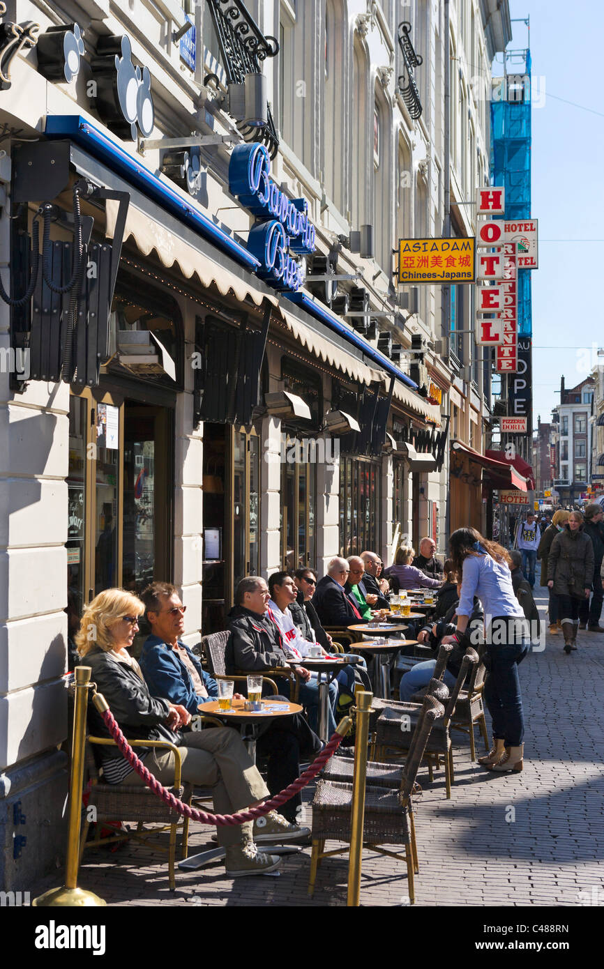 Sidewalk cafe on Damstraat in the city centre, Amsterdam, Netherlands - Stock Image
