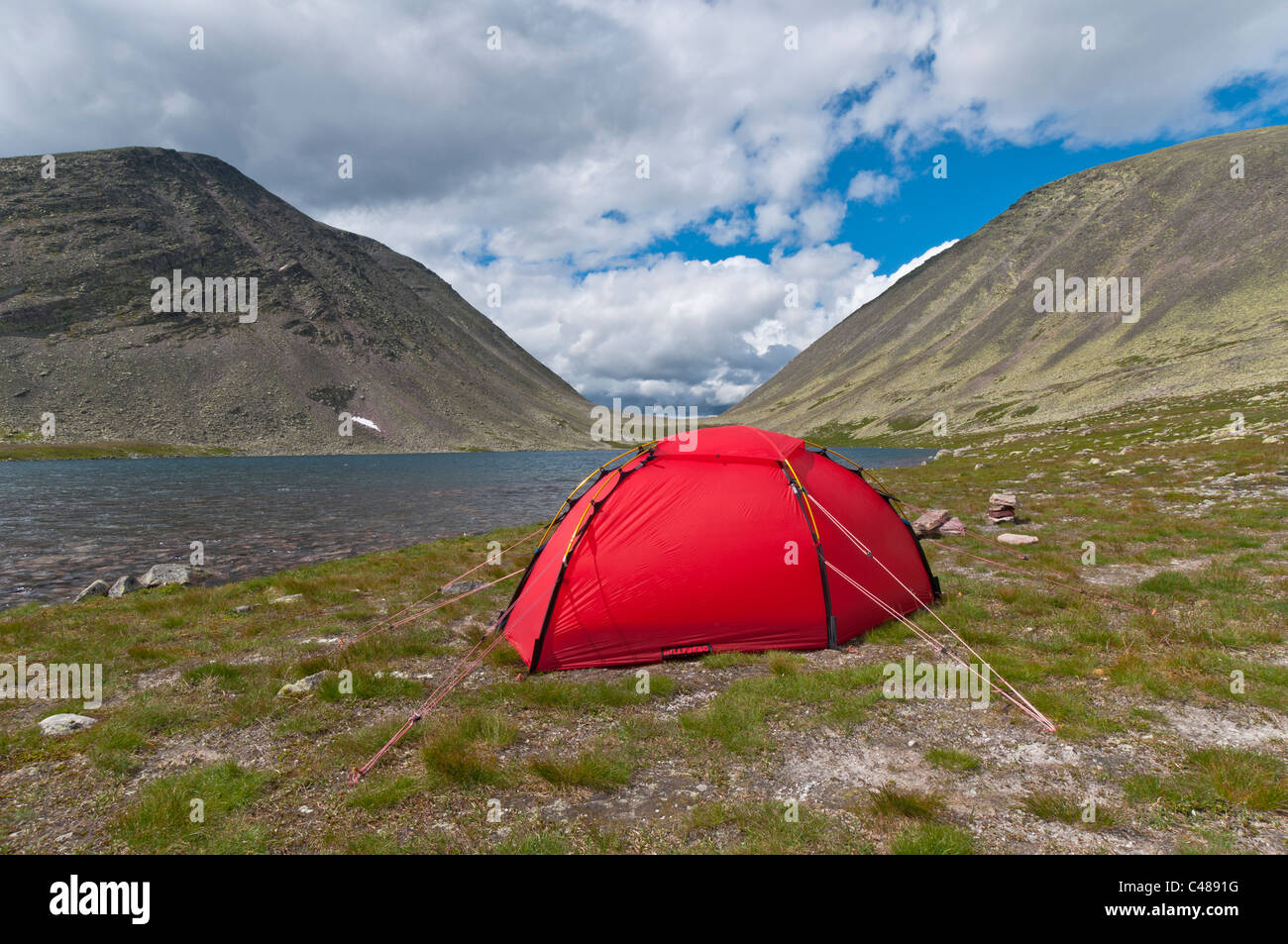 Zelt an einem Bergsee, Rendalen, Hedmark, Norwegen, Tent, Mountain lake, Norway - Stock Image