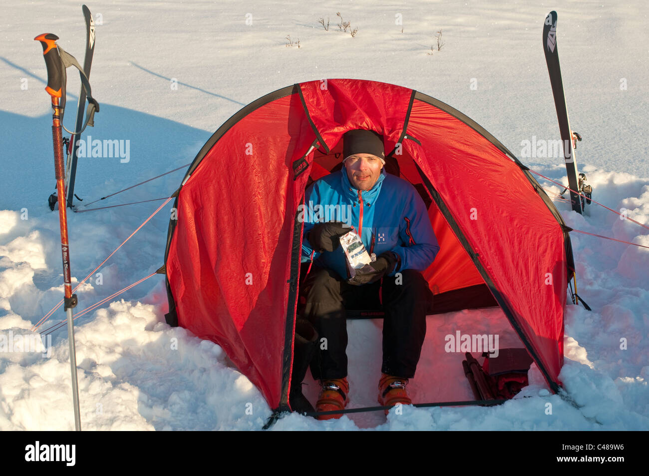 skier ski tourist, resting lapland tent, Sarek Nationalpark, Lappland, Schweden - Stock Image