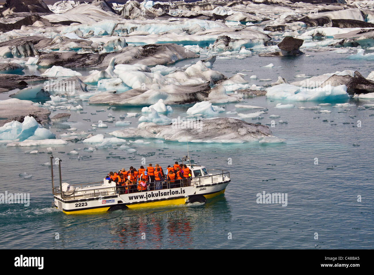 Amphibienfahrzeug mit Touristen an Bord auf dem Gletschersee Jökulsarlon, Jökulsárlón, Vatnajökull, - Stock Image