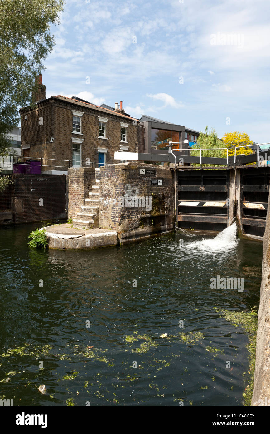 Mile End Lock, and lock keepers cottage, the Regent's Canal, London Borough of Tower Hamlets, England, UK. - Stock Image