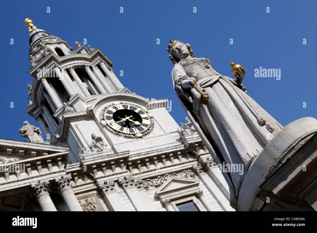Statue of Queen Anne outside St. Paul's Cathedral in London, England Stock Photo