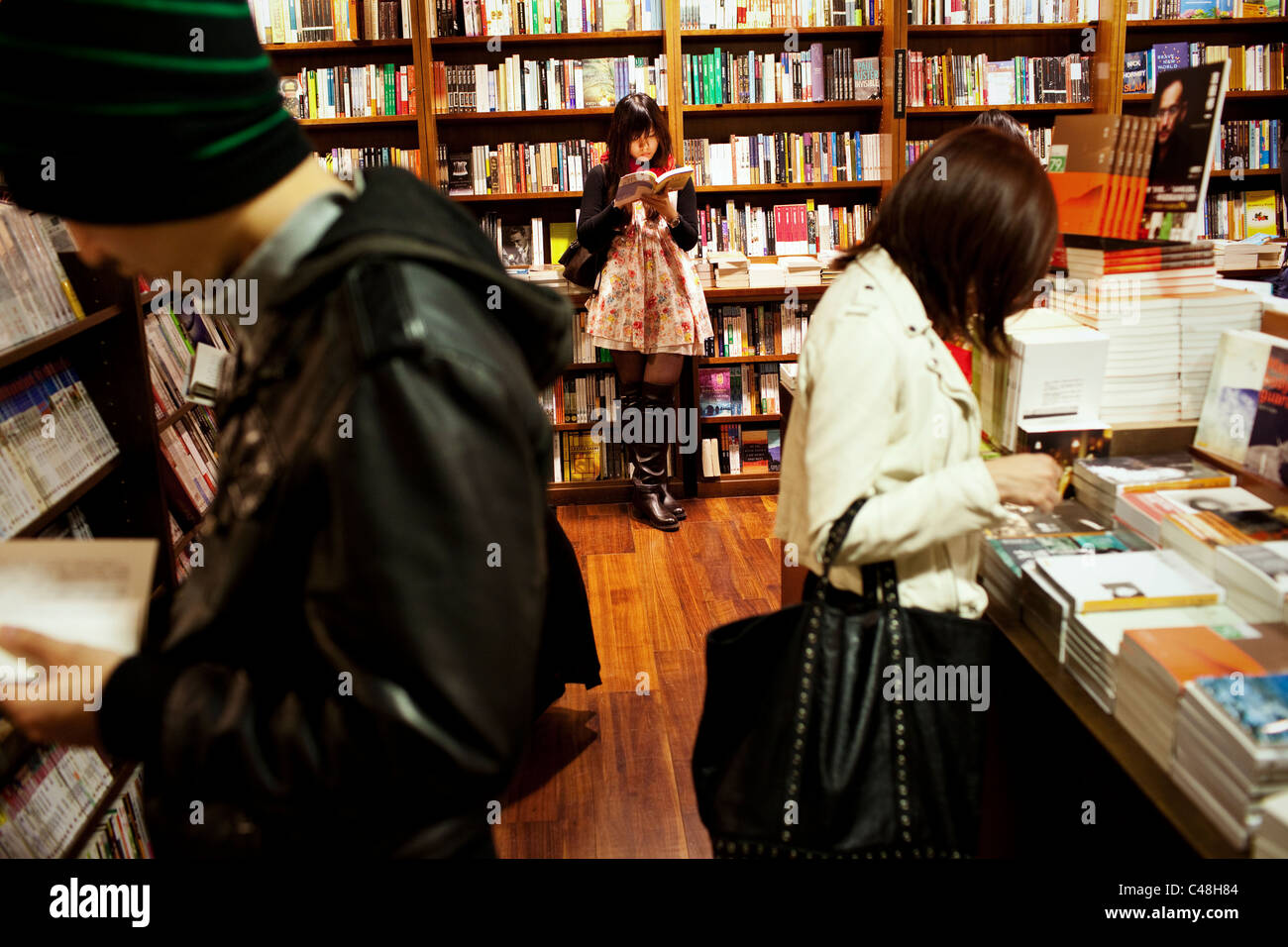 Taipei's youth enjoy reading at the all-night-bookstore in Taipei, Taiwan, October 29, 2010. - Stock Image