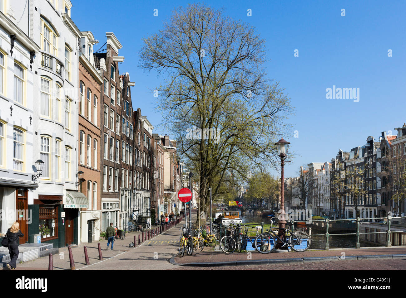 The Prinsengracht canal near the junction with Looiersgracht, Grachtengordel, Amsterdam, Netherlands - Stock Image