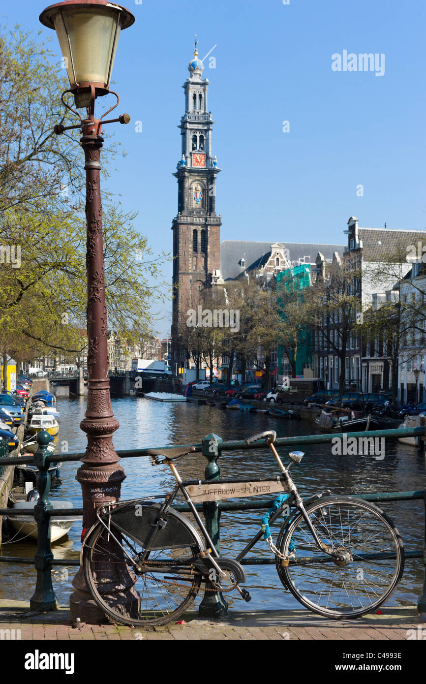 Bicycle on bridge over Prinsengracht with tower of  the Westerkerk (Westertoren) behind, Grachtengordel, Amsterdam, - Stock Image
