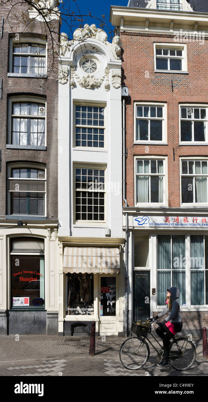 The Kleine Trippenhuis, purportedly the narrowest house in the city, Kloveniersburgwal, Amsterdam, Netherlands - Stock Image
