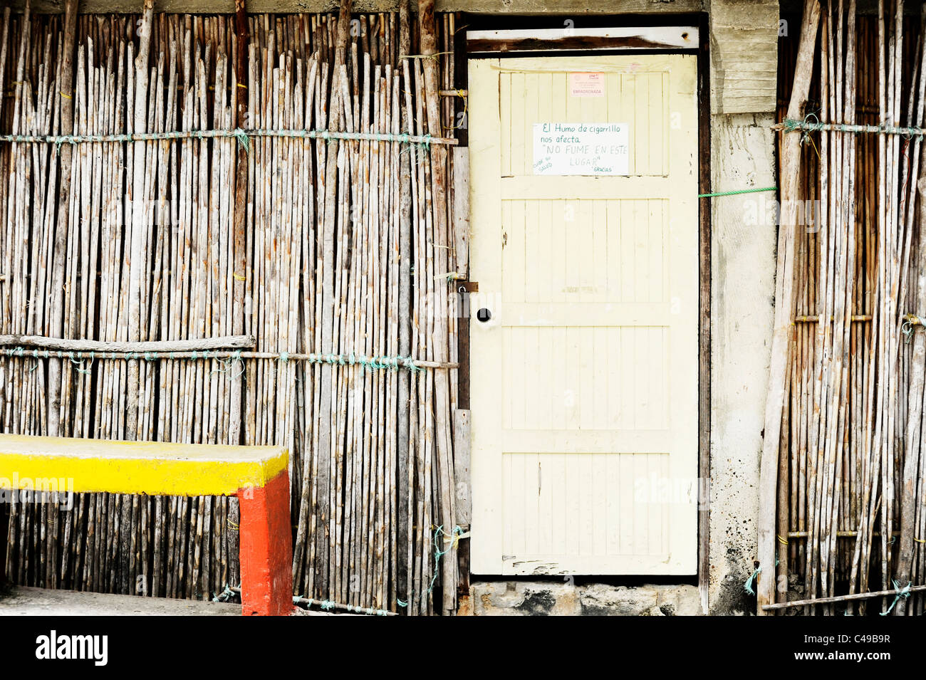 Doorway on Kuna island in San Blas, the Spanish sign on the door warns that 'your smoke harms those around you.No - Stock Image