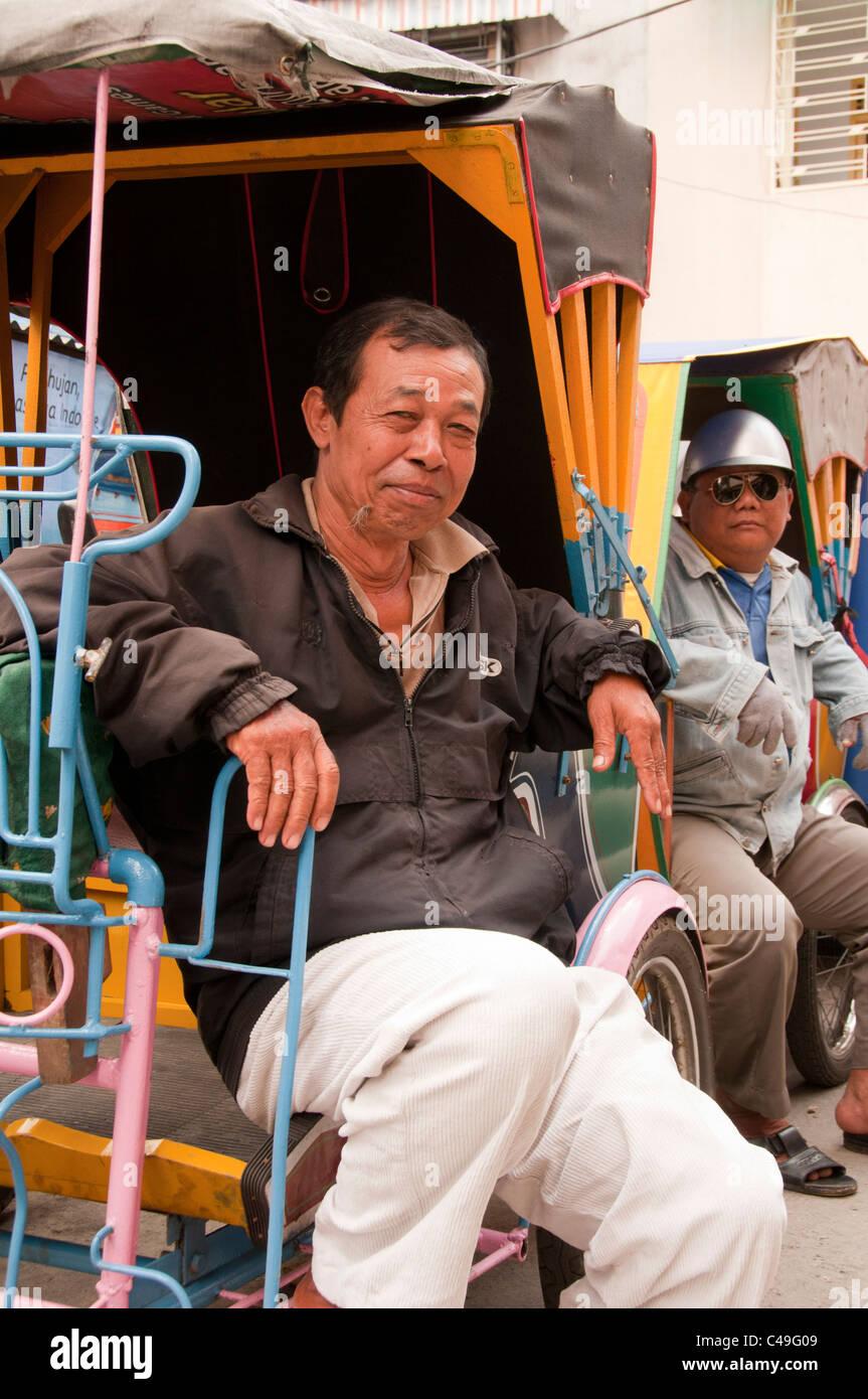 becak (rickshaw) drivers sitting in Medan, Sumatra - Stock Image