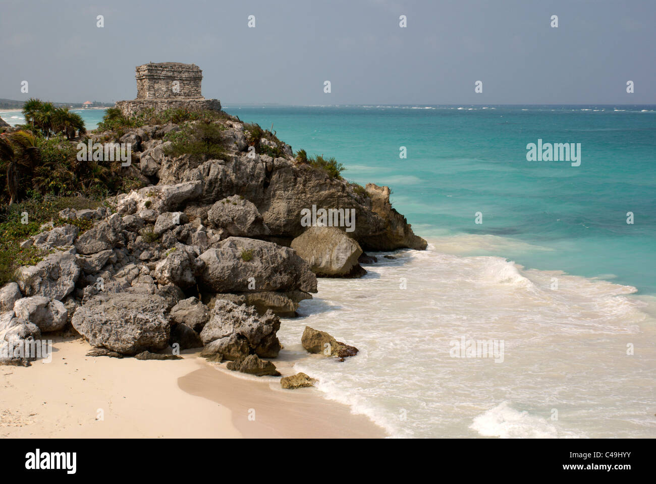 Temple of the Wind God and beach at the Mayan ruins of Tulum on the Riviera Maya, Quintana Roo, Mexico - Stock Image