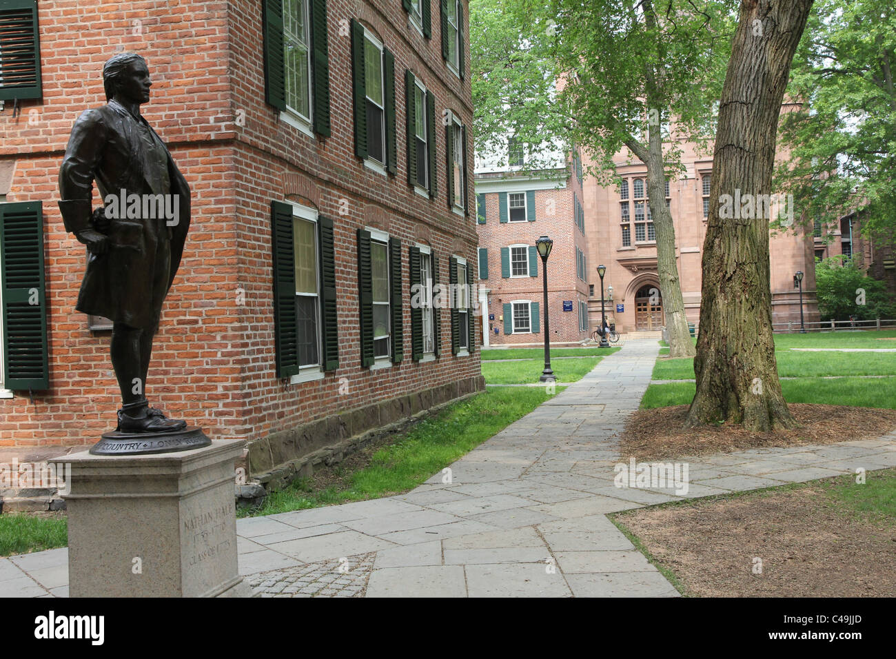 Yale University Campus with Nathan Hale statue beside Connecticut Hall - Stock Image