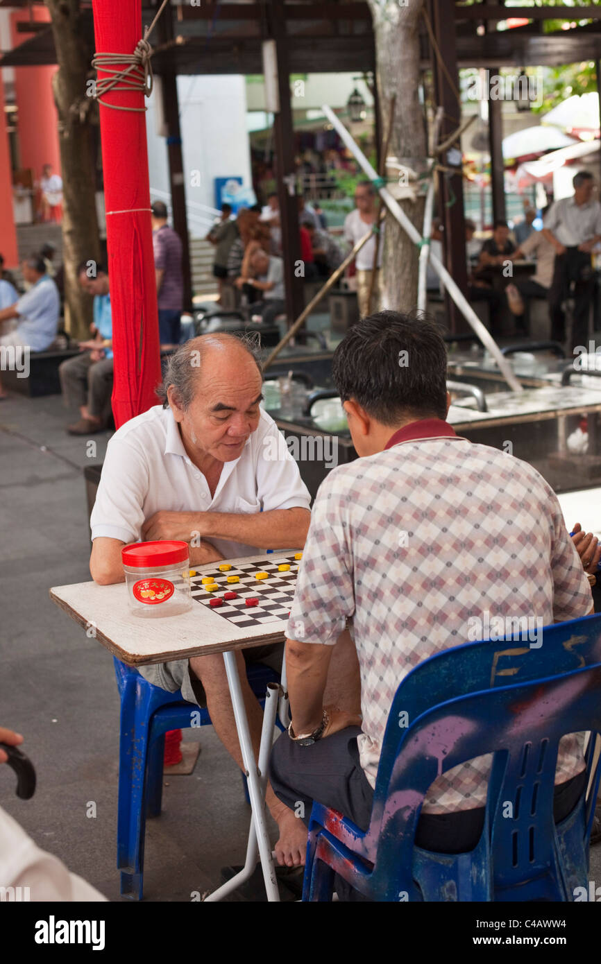 Singapore, Singapore, Chinatown. Men playing Xiangqi (Chinese chess). - Stock Image