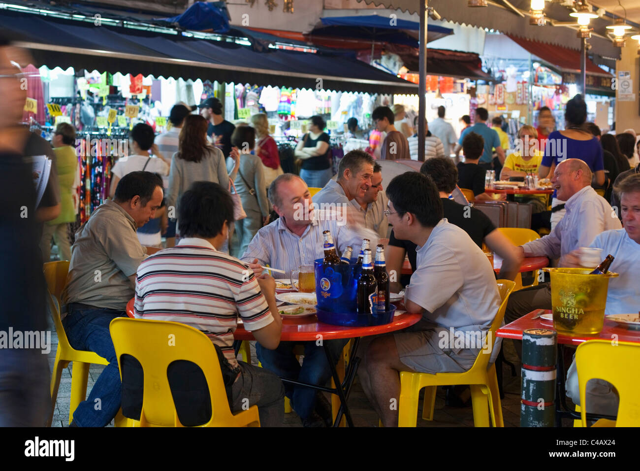 Singapore, Singapore, Chinatown. Diners at the Temple Street night market. - Stock Image
