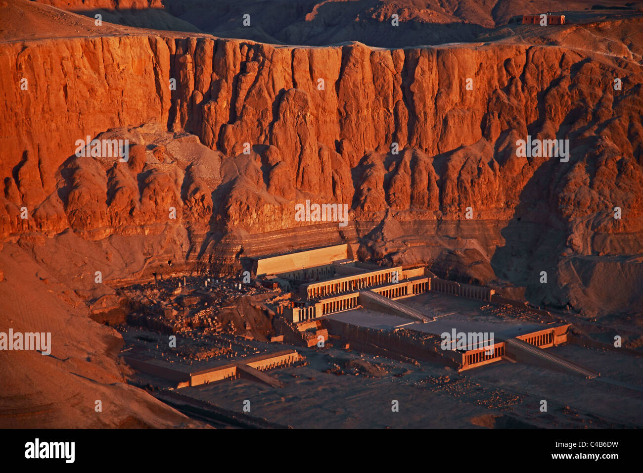 Aerial view of the temple complex of Queen Hatshepsut (Deir el-Bahri) seen from an hot air balloon at dawn - Stock Image