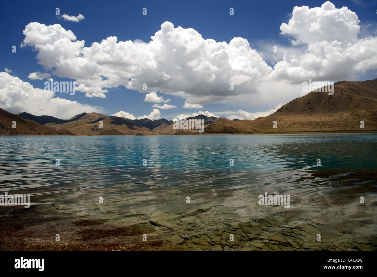 Landscape of lake and mountains in Himalaya in Tibet - Stock Image