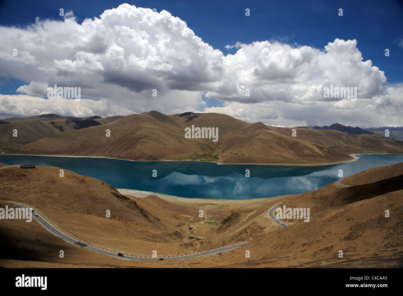 Landscape with road through the Himalaya mountains in Tibet near a lake - Stock Image