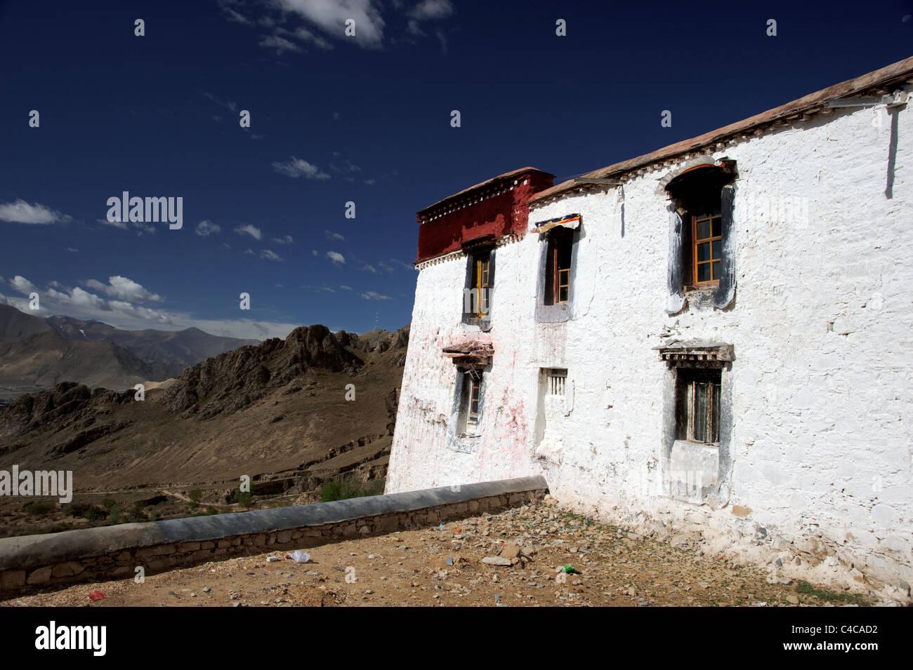 White monastery in the Himalaya in Tibet - Stock Image