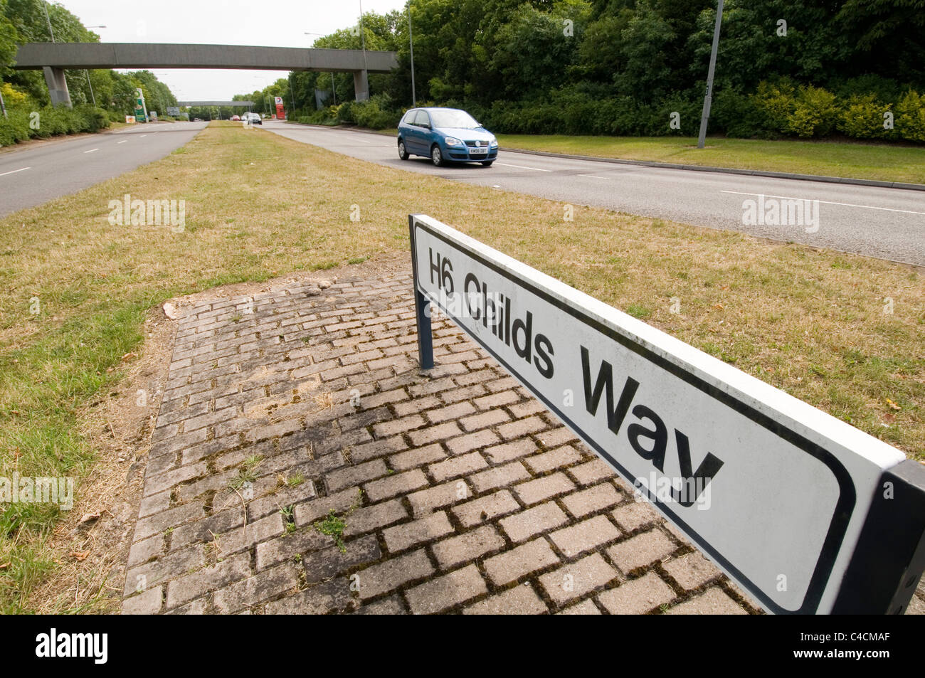 milton keynes grid system roads road uk car culture wide streets street - Stock Image