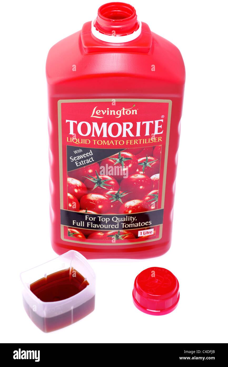 30ml measure of Levington tomorite liquid tomato fertiliser and 1 litre open bottle - Stock Image