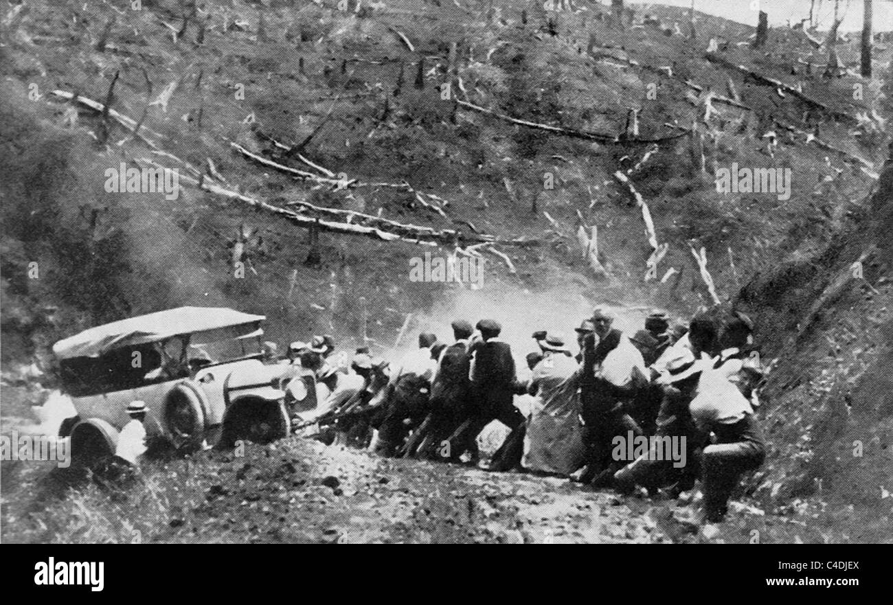 Motoring in New Zealand - Hauling a Daimler car through a mud hole in North Auckland circa 1917 - Stock Image