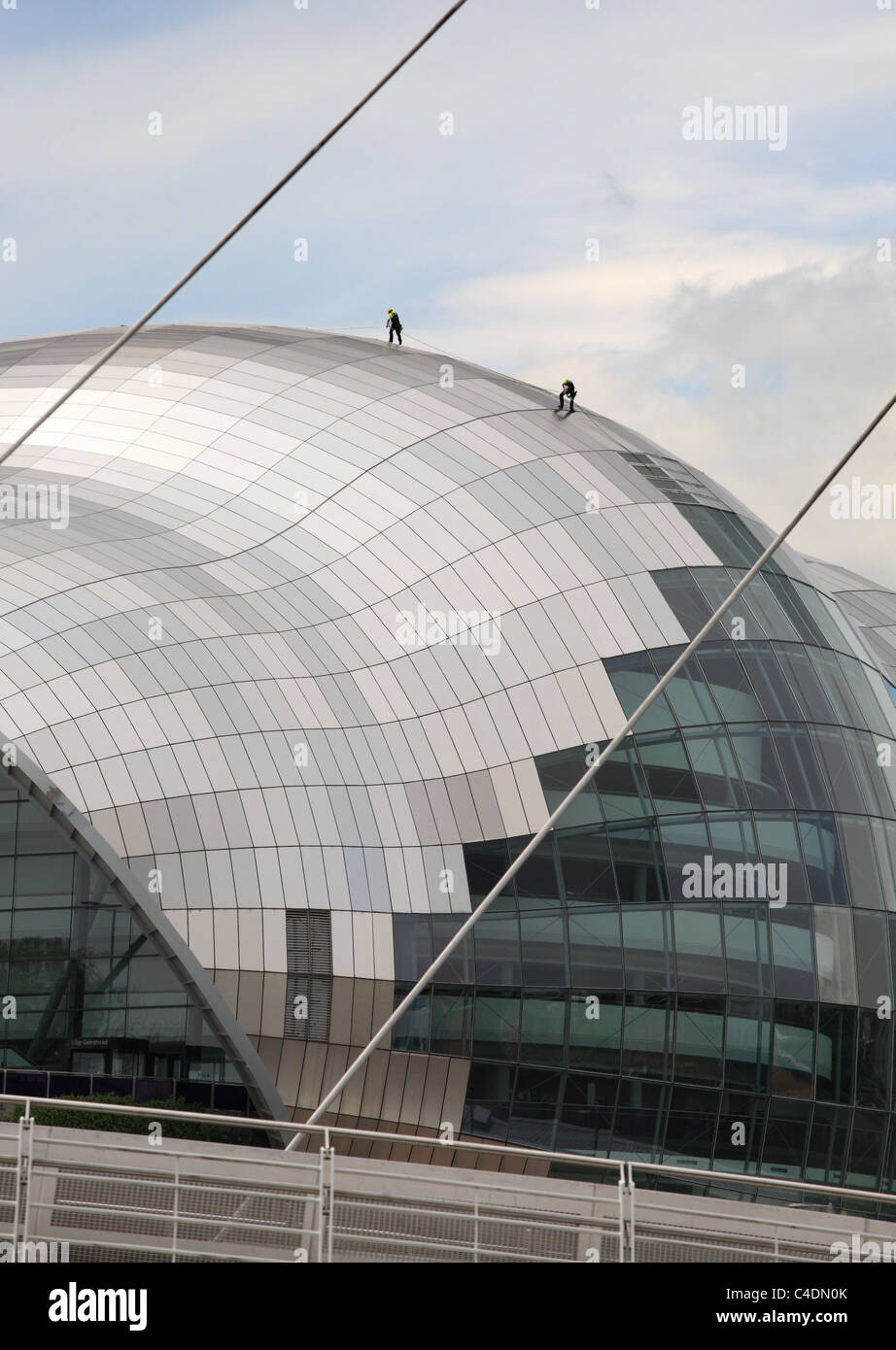 Window cleaners work by abseiling down the walls of the Sage concert hall in Gateshead, North East England, UK Stock Photo