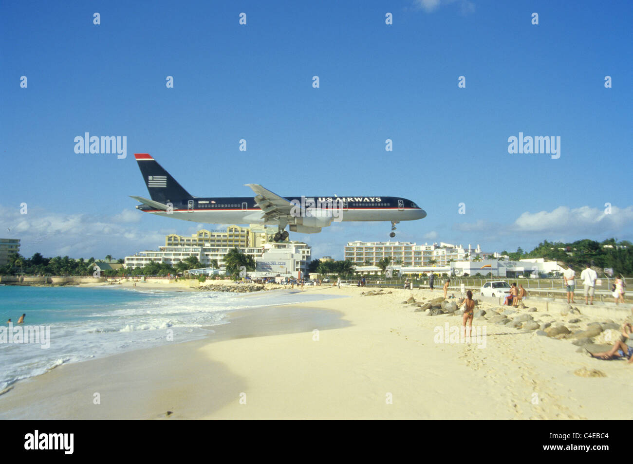 U.S. Airways airplane landing, flying close over Maho Beach, St. Martin, St. Maarten, Saint Marten, Carribean - Stock Image