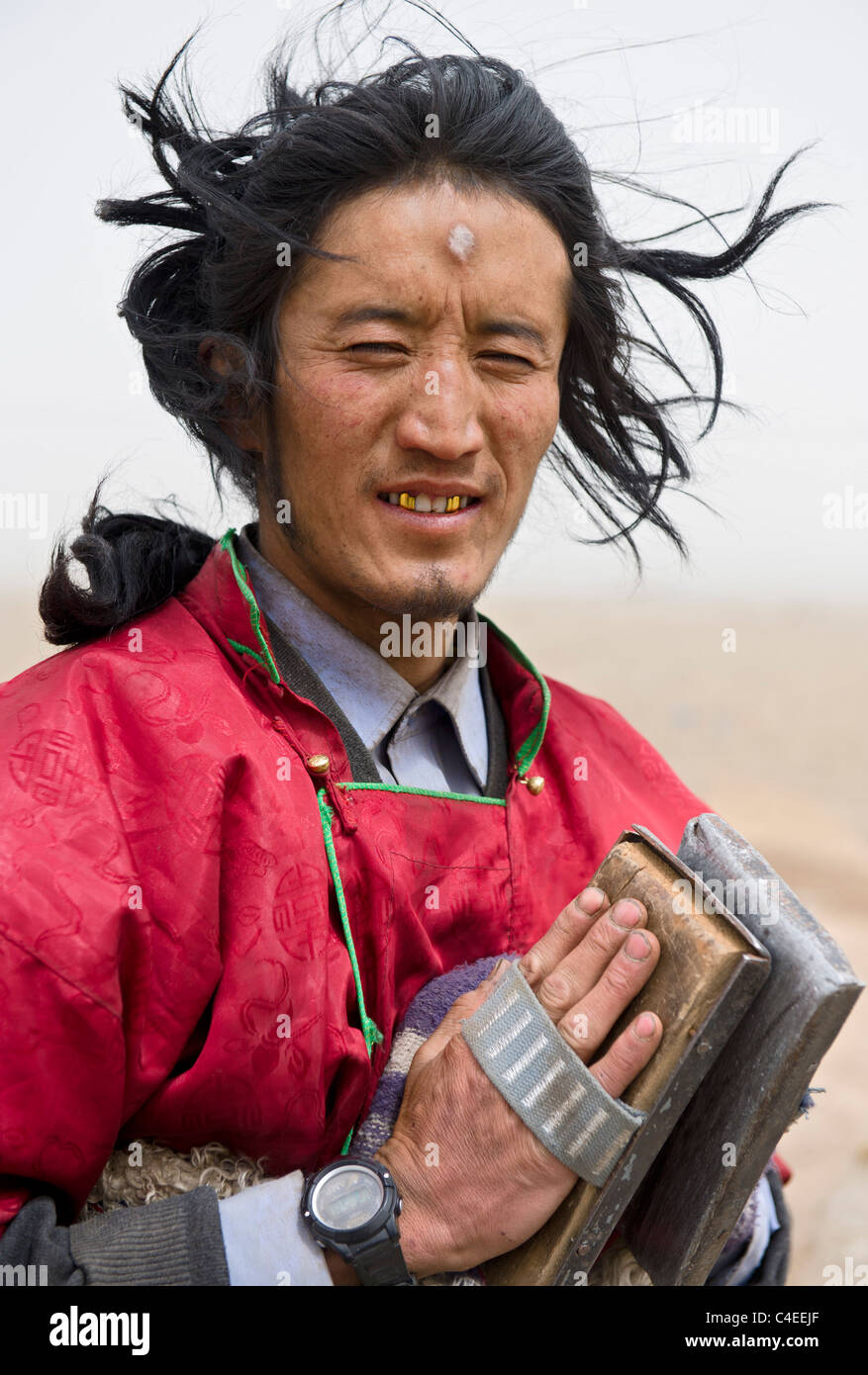 A Tibetan pilgrim performing chak - a prostration journey, from Ta Er monastery in Qinghai, to the Jokhan in Lhasa. - Stock Image