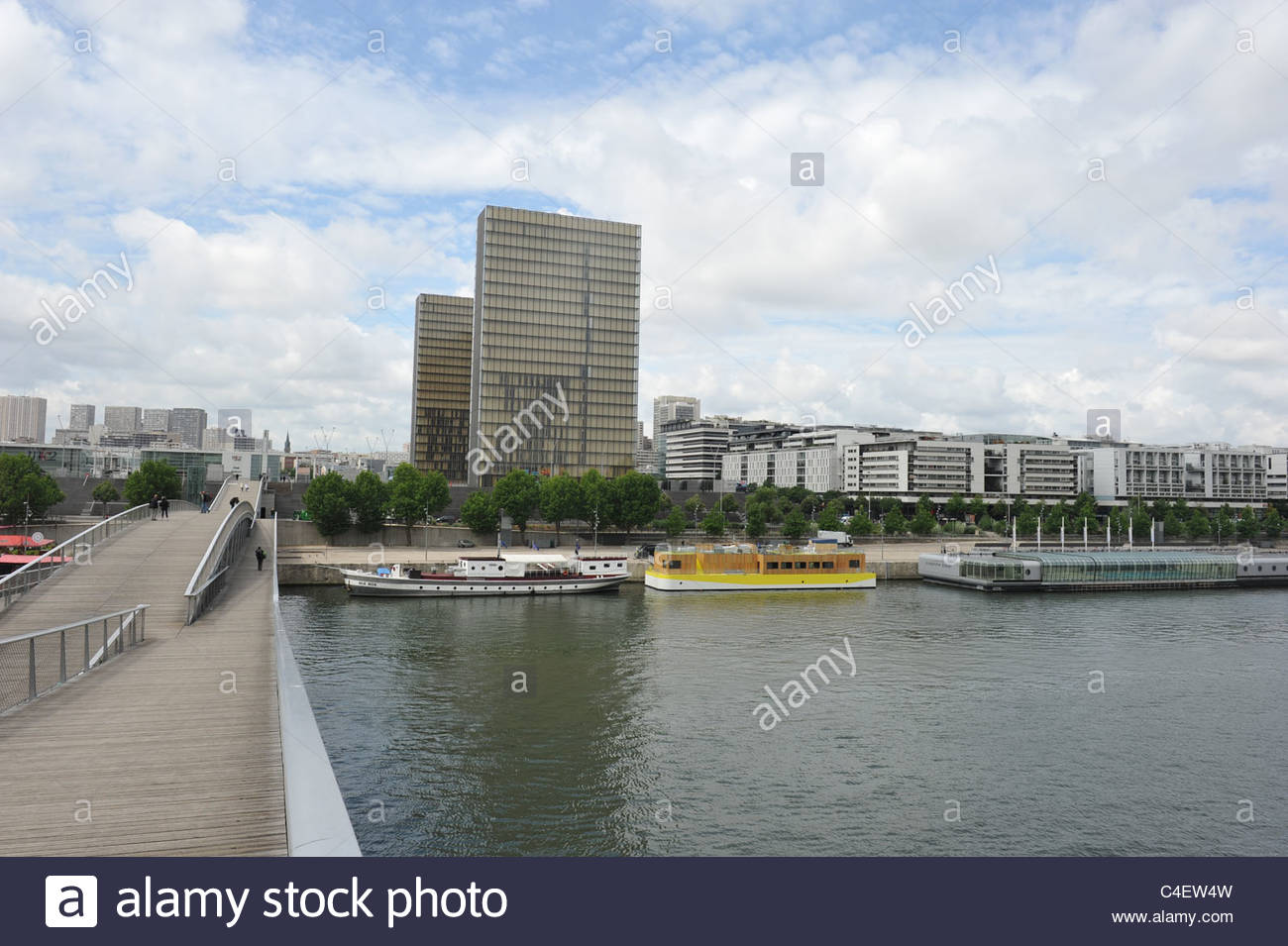 The new Paris East with Passerelle Simone de Beauvoir and the towers of the national library François Mitterand - Stock Image