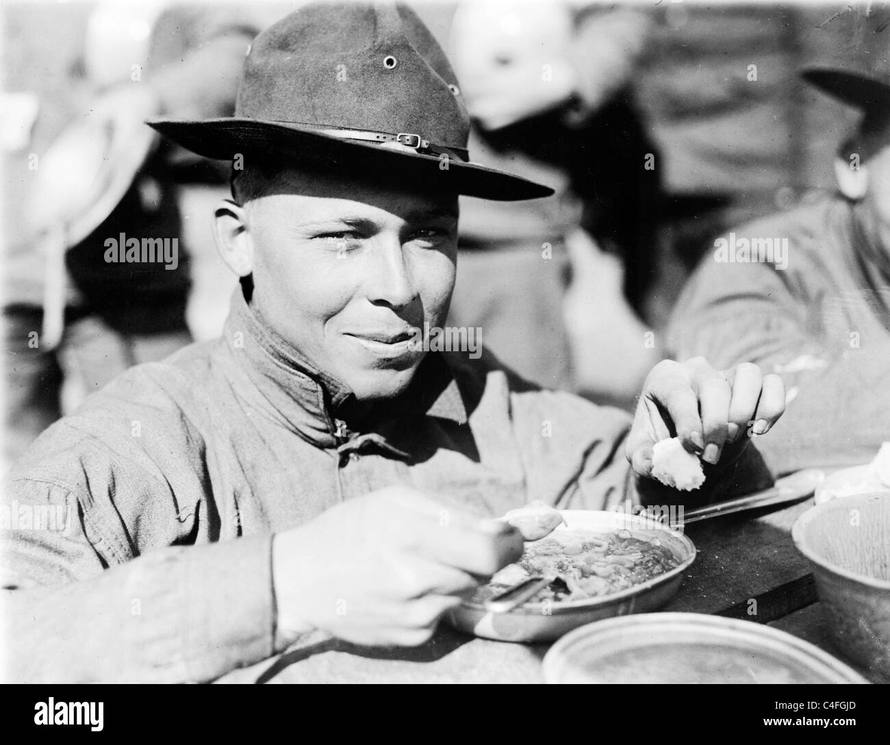 U.S. Army soldier eating - Stock Image