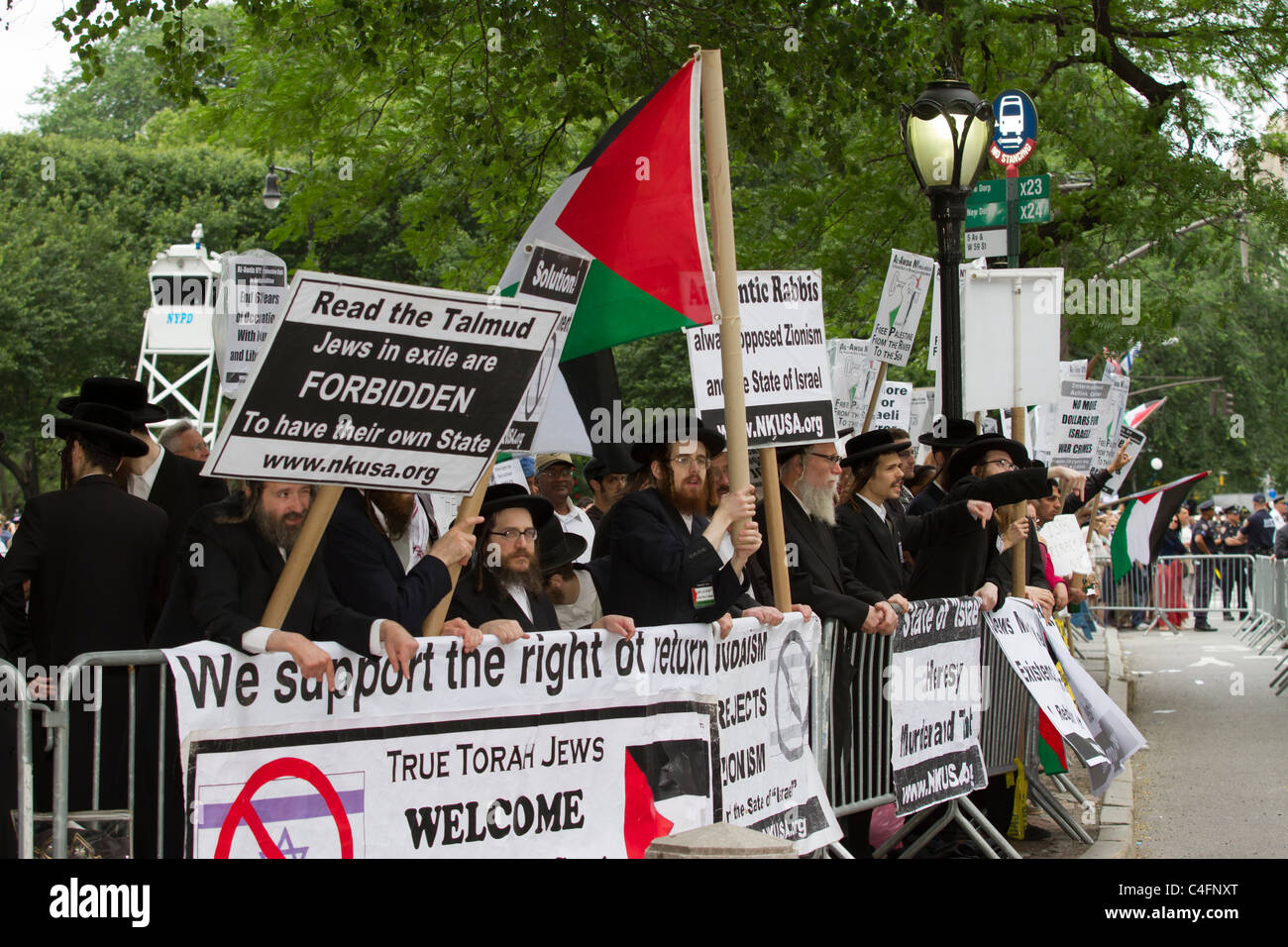 Anti-Israel protesters heckle marchers in the 2011 Celebrate Israel Parade on Fifth Avenue in New York City on June - Stock Image