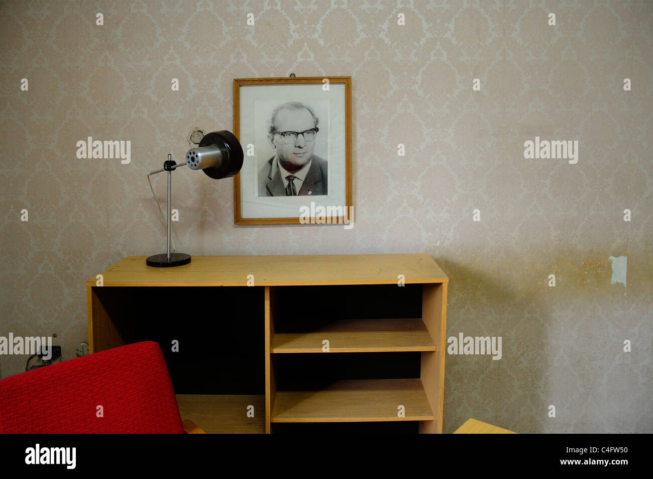 An interrogation office in Hohenschonhausen prison with a portrait of Erich Honecker still on the wall - Stock Image