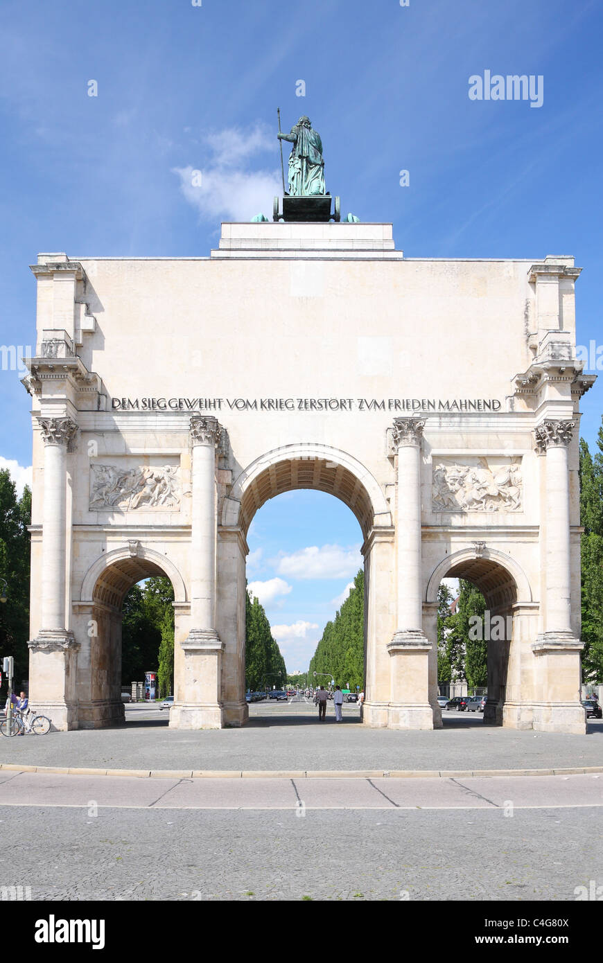 Southbound view of the Victory Gate ('Siegestor') in Munich, Bavaria, Germany - Stock Image