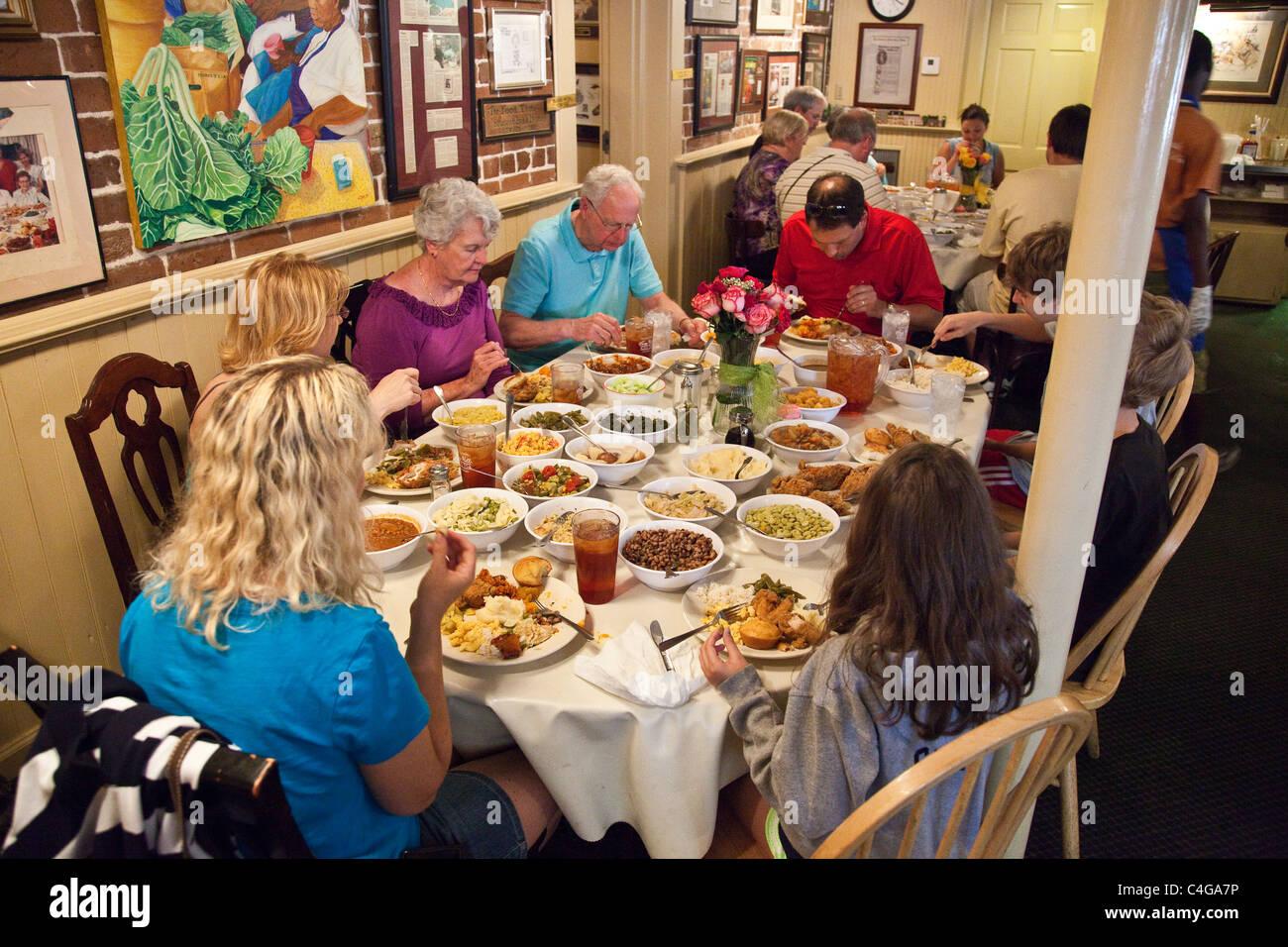 mrs wilkes dining room savannah georgia | Mrs. Wilkes' Dining Room, the Wilkes House restaurant ...