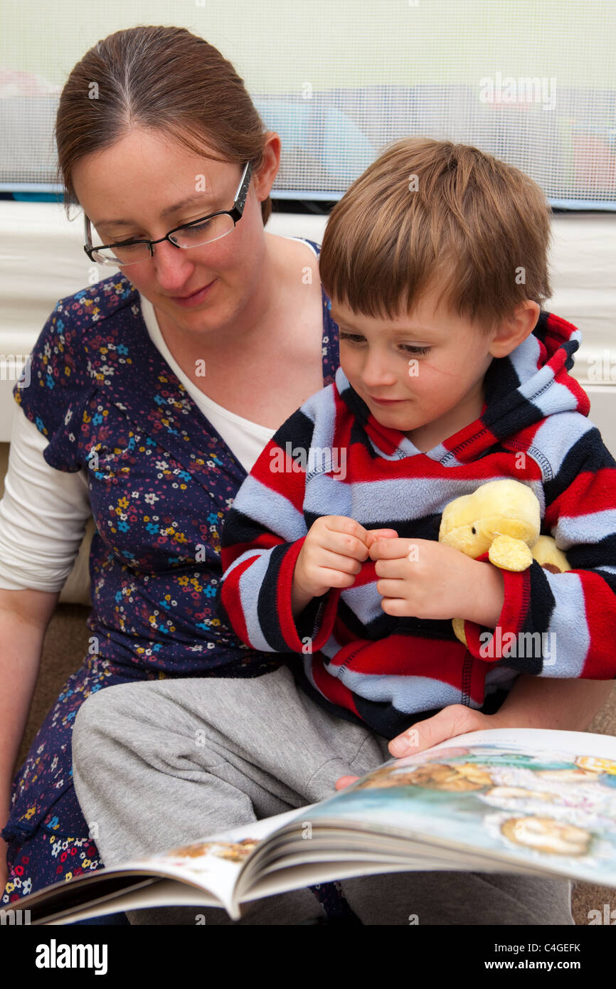 Mother and child reading a book - Stock Image