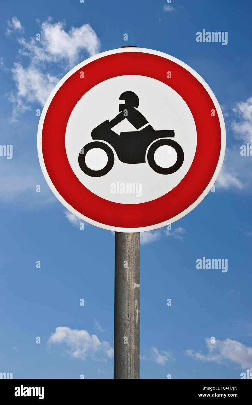 Detailansicht des Verkehrsschildes Verbot für Krafträder | Detail photo of the road sign ban on motorcycles Stock Photo