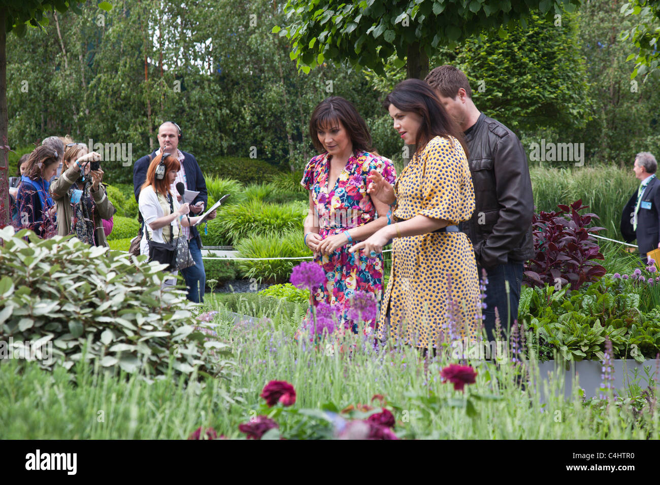 Celebrity TV Presenters Lorraine Kelly and Kirstie Allsopp, and Press crew in background, at the RHS Chelsea Flower - Stock Image