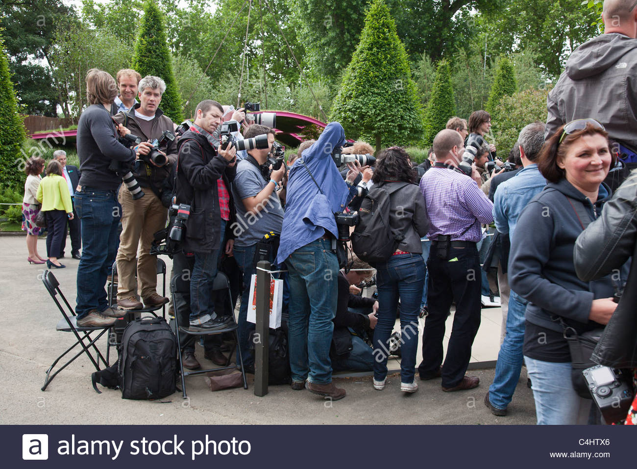 Press Day at RHS Chelsea Flower Show, London.  Pack of press photographers gathered to photograph a celebrity - Stock Image