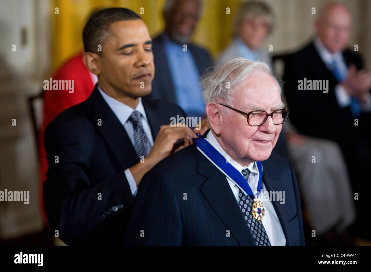 President Barack Obama presents the Presidential Medal of Freedom to Warren Buffett. - Stock Image